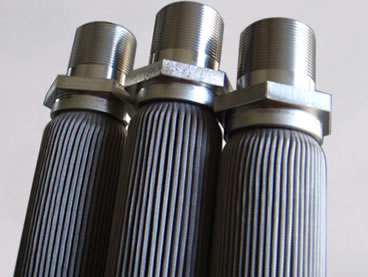 Pleated stainless steel filter with couplings for hot gas filtration